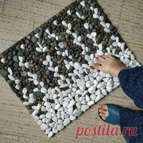 Из мелкой гальки получится отличный массажный коврик, на котором можно изобразить совершенно любой рисунок