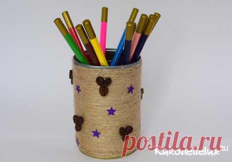 Здесь представлено несколько уникальных способов как сделать карандашницу своими руками с пошаговыми фото из картона и бумаги, из дерева и банки.