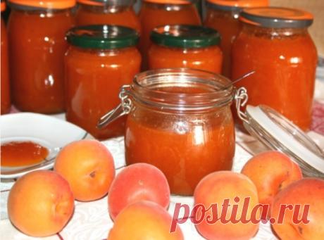 Заготовка абрикосового джема на зиму    Ингредиенты на 1 л:  абрикосы – 1 кг  лимонная кислота – на кончике ножа  сахар – 900 г    Приготовление (2 ч 30 мин):    1. Абрикосы вымыть, разрезать пополам и удалить косточки. Сложить половинки в кастрюлю, залить водой так, чтобы она только покрывала плоды. Варить на среднем огне, пока абрикосы не станут мягкими.    2. Протереть абрикосы через сито.    3. Вернуть массу в кастрюлю, добавить сахар и лимонную кислоту. Варить 1,5 час...