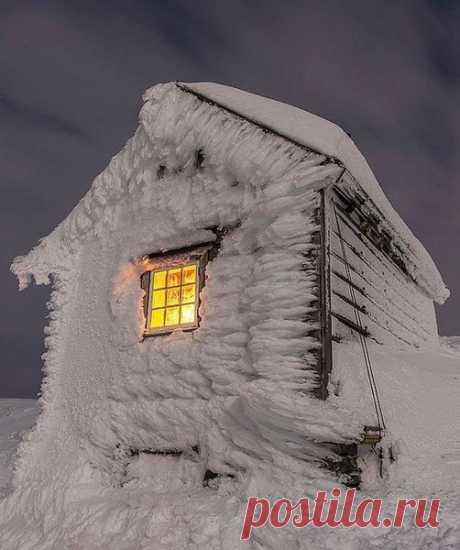 Порой даже в самом безлюдном и продуваемом всеми ветрами месте можно найти окно, дышащее уютом и теплом.   Восс, Норвегия.