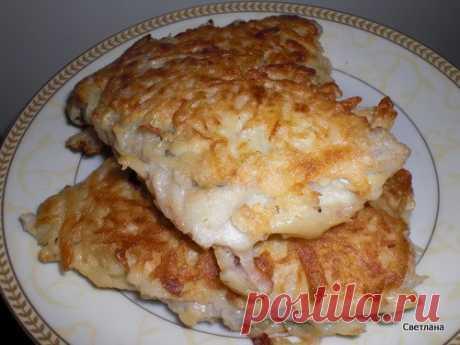 Рыбка в картошечке Ингредиенты: - 500 г филе любой рыбки - 4 сырых картофелины - 1 яйцо - соль, перец - растительное масло для жарки - зелень Приготовление: 1. Рыбное филе разрезать на порционные куски, посолить, поперчить и дать немного постоять. 2. Картофель вымыть, почистить, натереть на крупной тёрке. 3. Взбить яйцо. 4. Кусок рыбы обмакнуть в яйцо, обвалять в тёртой картошке и (прижимая картошку пальцами) - на хорошо разогретую с маслом сковородку. Когда все кусочки выложены, сверху…