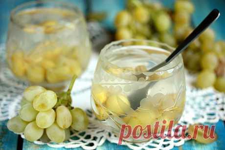 Приготовьте компот из винограда на зиму. Так не пропадет излишек и будет источник витаминов зимой. Компот полезнее сока из магазина и газированных лимонадов.