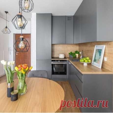 Угловая кухня. Интерьер создают детали: столешница и фартук из дерева; светильники на разном уровне...