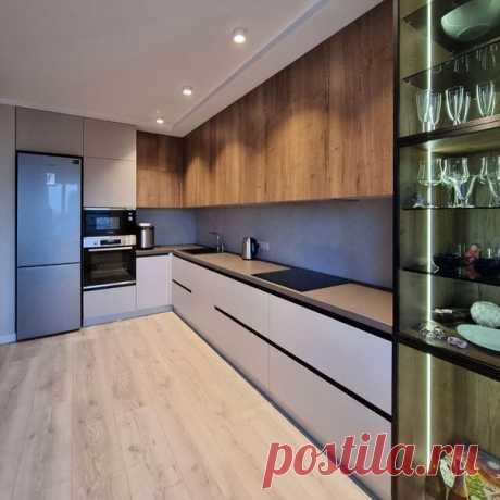 Кухня большой площади, что можно разгуляться! Нравится прозрачный шкаф!