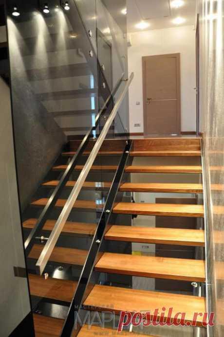 Изготовление лестниц, ограждений, перил Маршаг – Ограждение лестницы на тетивах самонесущим стеклом