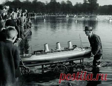 «Когда другие кутаются в шарфы, энергичный и счастливый, словно школьник, Альфред бежит по берегу без пальто, чтобы встретить корабль на другой стороне пруда». Делимся трогательной историей архивного снимка 1953 года.