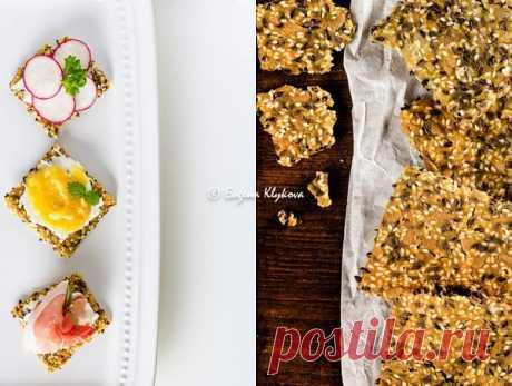 Las galletas de pan seco suecas con las semillas.