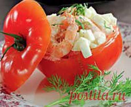 Из помидор вынимаем всю мякоть и перегородки, мелко измельчаем.В миске перемешиваем яблоки, креветки, внутренности из помидор