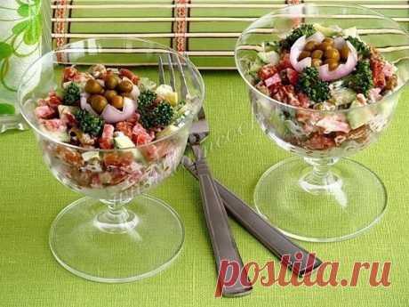 Простой салат с сухариками и копчёной колбасой | Вкусные рецепты