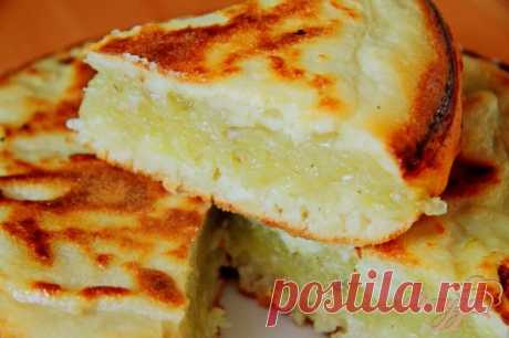 Заливной пирог с картофелем в мультиварке - пошаговый рецепт с фото Заливные пироги готовлю довольно часто, очень нравятся мне они за свою быстроту и простоту. Обычно предпочитаю печь их в духовке, но в этот раз решила попробовать приготовить заливной пирог в мультиварке. В качестве начинки взяла за основу картофель. Пирог получился очень сытный и вкусный.