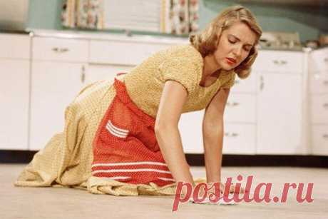 Лайфхак для домохозяек: как мыть полы не сгибая спину Вряд ли в мире найдется хоть один человек, который любит мыть полы. Но делать это приходится практически ежедневно, так как следы от обуви, крошки и волосы создают непривлекательный вид помещения, а большое количество пыли может даже вызвать аллергические реакции. Поэтому уборку действительно необходимо делать на регулярной основе.