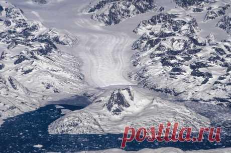 Влад Бельченко, автор фото: «Эти кадры я сделал из иллюминатора рейса в Америку. Гренландия с высоты 11000 метров — невероятное зрелище. Туманы, ледники, бескрайние снежные просторы. Удивительное всегда рядом — нужно только это заметить!»