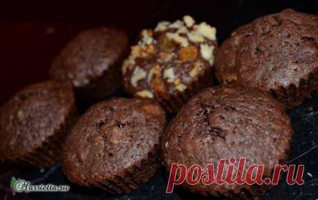 Шоколадные маффины с жидкой начинкой и вишней