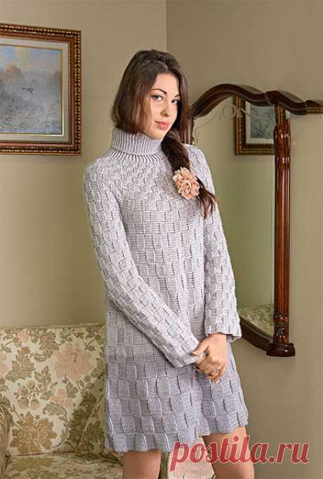 Вяжем крючком теплое трапециевидное платье с высоким воротником шахматным узором – схема и описание