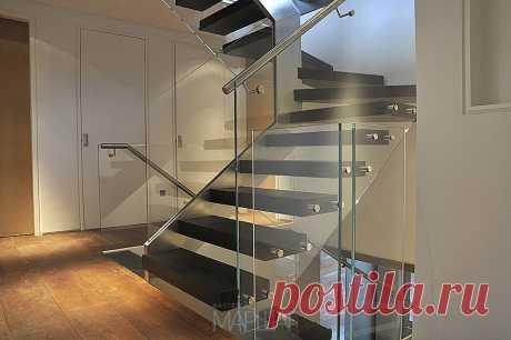 Лестницы, ограждения, перила из стекла, дерева, металла Маршаг – Лестницы на нержавеющей тетиве со стеклом