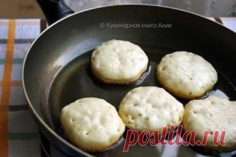 Идеальные оладьи Ингредиенты: ●0,5 л кефира ●1 яйцо ●1-1,5 ст.л. сахара ●1\3 ч.л. соли ●0,5 ч.л. соды ●350 г муки Приготовление: Кефир выливаем в миску, добавляем яйцо, сахар и соль. (Кефир лучше чтобы был комнатной температуры, но у меня он был из холодильника и всё равно все отлично получилось!) Всё тщательно перемешиваем венчиком Затем высыпаем муку и соду (соду нужно добавлять именно с мукой, не раньше)