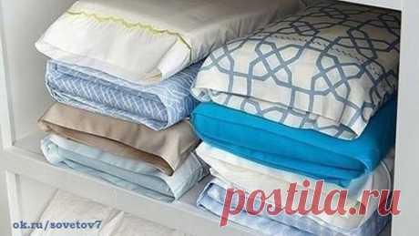 Хранить комплекты постельного белья удобнее в наволочках, так шкафу полочки будут выглядеть аккуратнее, и доставать комплект удобно.