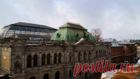 De San Petersburgo gosud. Hud. - la academia industrial de A.L.Shtiglitsa. Hl. El cuerpo de la academia se encuentra en el edificio proyectado por el primer director esto de los estudios. Los establecimientos - arh. M.E.Mesmaherom. Con 1953 al 1994 el año el instituto se llamaba en la escuela De Leningrado superior hudozhest.-industrial del nombre de V.I.Muhinoy, por eso ello llaman a menudo «la escuela Muhinsky»   las Curiosidades de San Petersburgo (1005) lista — la guía grande de San Petersburgo: intersnye los lugares, las revistas y las fotografías