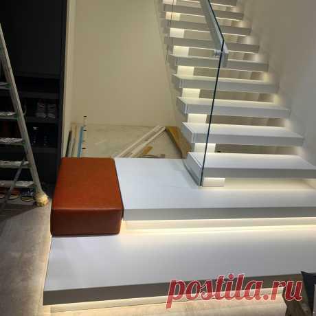 Лестница на косоуре и перила из стекла