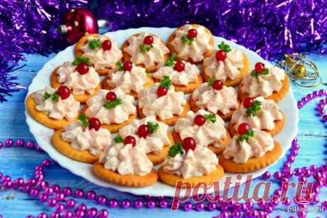 """Закуска на крекерах из сыра и крабовых палочек Замечательная праздничная закуска, которая и смотрится на столе ярко и красиво, и по вкусу отличная. Готовится такая закуска просто и быстро, украсить ее можно на свое усмотрение. Я украсила зеленью и ягодкой красной смородины. Сыр для закуски лучше выбирать плавленный пастообразный, типа """"Янтаря"""", крабовые палочки покупайте только проверенного производителя, во вкусе который вы абсолютно уверены. Если крабовые палочки будут п..."""