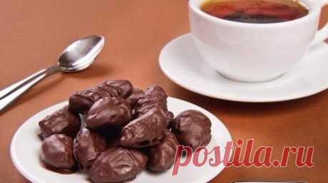 Чернослив в шоколаде  Чернослив 10 штукГорький шоколад 100 гЛимон 1/2 штукиГрецкие орехи 50 гИзюм светлый 40 гМед 1 столовая ложкаВремя приготовления - 15 мин.1 Промойте чернослив. Если он несвежий или сухой, залейте его …