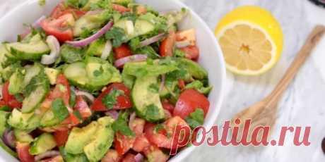 1. Салат с авокадо, помидорами и огурцами  |  10 ярких салатов с авокадо для истинных гурманов - Лайфхакер