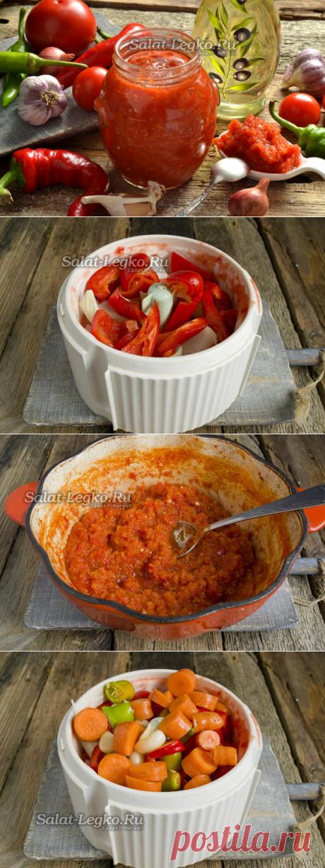 Adzhika del tomate y el pimiento con el ajo para el invierno cocido