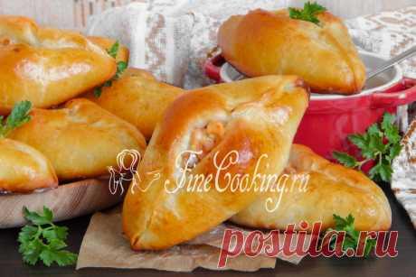 Расстегаи с рыбой Расстегаи - это печеные пирожки из дрожжевого теста с разными начинками, которые отличаются особой формой - в виде лодочек и открытым верхом.