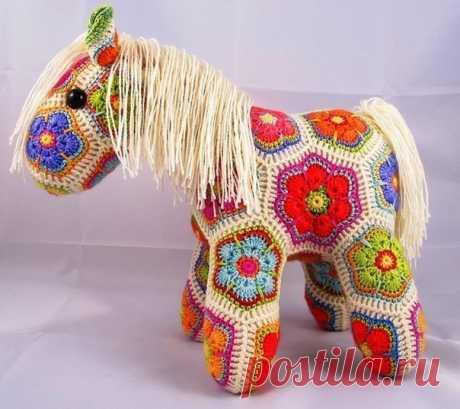 Связанная из мотивов лошадка