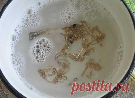 ДЛЯ ТОГО, ЧТОБЫ ЮВЕЛИРНЫЕ ИЗДЕЛИЯ СВЕРКАЛИ КАК НОВЫЕ - Женский Журнал Вам понадобятся: — 1 столовая ложка соли. — 1 столовая ложка соды. — 1 столовая ложку средства для мытья посуды. — 1 стакан воды. — 1 кусок алюминиевой фольги. Этапы очистки: 1. Подогрейте воду в микроволновой печи в течение 1 или 2 минут. 2. Отрежьте кусок алюминиевой фольги и положите на дно небольшой миски или …