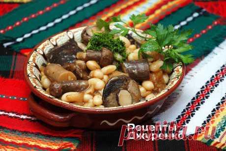 Фасоль с грибами, тушеная в густом соусе — отличное сытное блюдо.