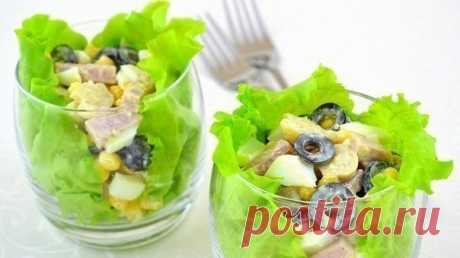 Салат с ветчиной «Пятерка»  Ингредиенты к рецепту:Маслины – около 100 граммВетчина – около 200 гр.Баночка кукурузыШампиньоны (желательно брать маринованные) – около 100 гр.Листья салатаМайонезЯйца – штук 2  Для начала сварим яй…