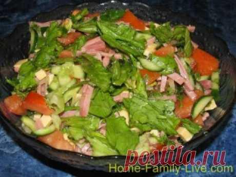 La ensalada con los pepinos, el jamón y los tomates - la receta con las fotorecetas de cocina