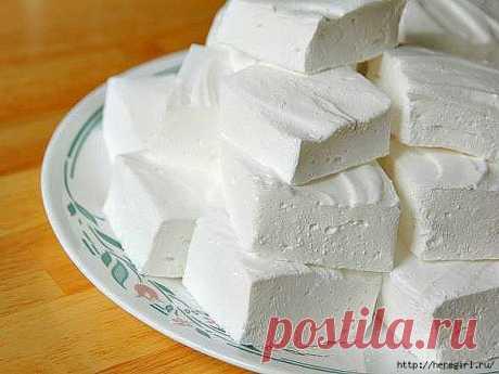 ДОМАШНИЙ ЗЕФИР.  Какие продукты понадобятся: - кефир - 1 л; - сметана нежирная - 3/4 стакана; - сахар - 1 стакан; - желатин - 2 ст. л; - вода - 2 стакана; - ванильный сахар - 1/2 пакетика.