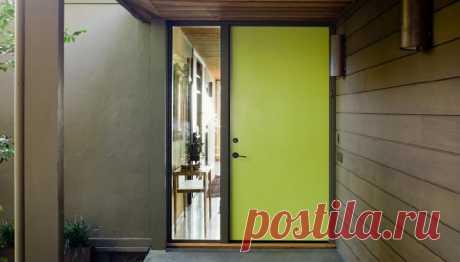 Как правильно покрасить наружную дверь  Выполните следующие шаги, чтобы покрасить входную дверь, чтобы повысить привлекательность и быстро обновить свой дом.  Иногда все, что вам нужно сделать, это завершить небольшое, недорогое обновление, чтобы снова влюбиться в ваш дом. Покрасив переднюю дверь ярким цветом, вы получаете наибольшую выгоду за каждый потраченный рубль. Взгляните на эту последовательную инструкцию, чтобы без проблем самост