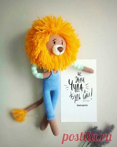 PDF Лев в костюме крючком. FREE crochet pattern; Аmigurumi animal patterns. Амигуруми схемы и описания на русском. Вязаные игрушки и поделки своими руками #amimore - лев, львенок, котик, кот, кошечка, кошка, котенок.