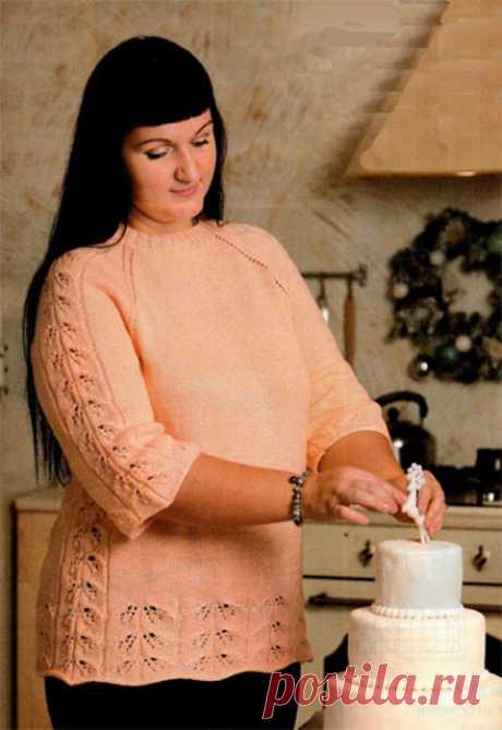 Персиковый пуловер реглан для полных с ажурными листиками спицами – схема с описанием