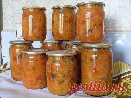 Солянка   Ингредиенты:  1,5 кг капусты,  1,5 кг помидоров,  1 кг огурцов,  1 кг лука,  1 кг моркови,  0,5 кг перца.   Для маринада:  1 стакан сахара,  100 мл раст масла,  100 мл столового уксуса,  2 ст. л соли,  лавровый лист и черный перец горошком по вкусу.   Приготовление:  Капусту нашинковать тонкой соломкой, морковь на крупной терке, перец – соломкой, огурцы, помидоры, лук – кубиками. Все овощи выложить в кастрюлю, залить маринадом, хорошо перемешать и варить около часа.