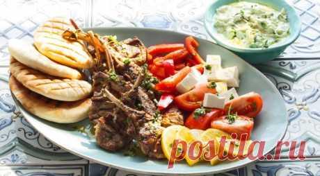 Котлеты на косточке на гриле по-гречески - ПУТЕШЕСТВУЙ ПО САЙТУ. Греческая кухня, одновременно простая и изысканная, немыслима без ягнятины, а также лимонов, оливкового масла, феты и соуса цацики. Когда все эти продукты встречаются вместе, получаются удивительные блюда – яркие, сочные и очень летние. ИНГРЕДИЕНТЫ 8 котлет на косточке из ягнятины сок 2 лимонов 1/4 стакана оливкового масла 2–3 зубчика чеснока …