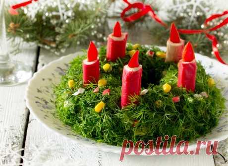 """Салаты на Новый год 2019: приготовь «Рождественский венок» Что приготовить на Новый год 2019? Если ты уже задумываешься над этим вопросом, НАШ САЙТ советует тебе обязательно включить в свое новогоднее меню на год Петуха нарядный и вкуснющий салатик """"Рождественский венок"""". Приготовить такой салат на Новый год 2019 совершенно несложно, зато твои гости сразу же ощутят по-настоящему новогоднюю атмосферу, ведь благодаря яркой зелени и нарядным свечкам этот салат, и правда, похо..."""