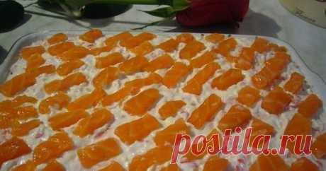 """Салат """"Уральские самоцветы""""     Ингредиенты:     -100 г малосольной красной рыбы,   -4 картофелины,   -3 яйца,   -150 г твердого сыра,   -1 пачка крабовых палочек.     ..."""