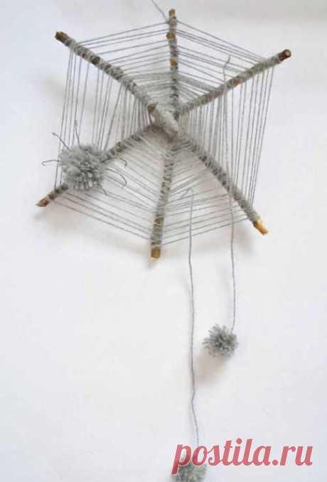 Декоративная паутина из веток с пауками из помпонов.
