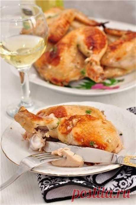 Обалденная жаренная курочка с чесночным соусом и вкусней  Начнем с курочки. Что нужно: Курица - 1,8 кг.  Маринад: Вода - 500 мл., Сахар - 1 ст.л., Соль - 3 ст.л., Белый бальзамический винный уксус (в крайнем случае, думаю, можно яблочный 5%) - 50 мл., Лавровый лист - 4-5 шт., Черный перец горошком - 10 шт., Сильно газированная минеральная вода - 500 мл., Масло растительное - 2 ст.л. (в форму для запекания)  Чесночный соус: Чеснок - 1 головка, Масло оливковое (растительное)...