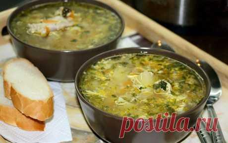 Куриный суп с яйцом - ароматное блюдо с маленькой хитростью! Поэтому предлагаем разнообразить ваш домашний обед вкусным и питательным блюдом.