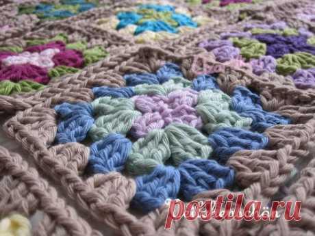 Плед из разноцветных квадратов - Описание вязания, схемы вязания крючком и спицами | Узорчик.ру
