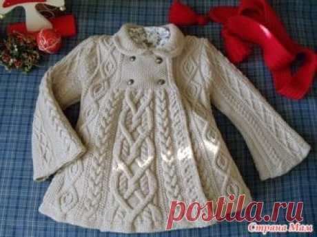 Вязаное спицами пальто  для девочки