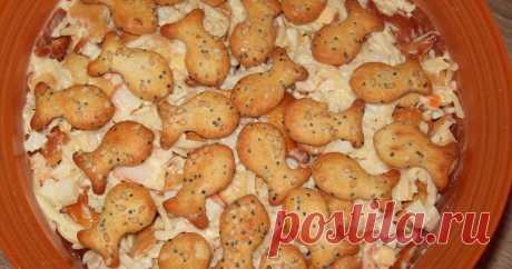 Классный рецепт - Салат с крекерами и крабовыми палочками!