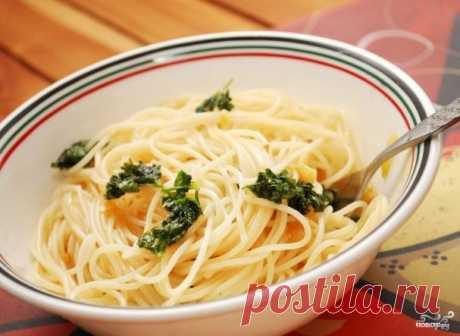 Спагетти с чесноком и маслом. Одно из популярнейших первых блюд в Италии - это спагетти с чесноком и маслом. Это простое и быстрое в приготовлении блюдо, которое можно подавать как гарнир или как самостоятельное легкое блюдо
