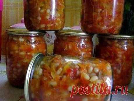 ГРЕЧЕСКАЯ ЗАКУСКА Греческая закуска действительно полезная и питательная, можно не сомневаться, ведь в ней присутствуют самые полезные овощи, а фасоль по питательности и как поставщик белка приравнивается к мясу. Греческая закуска готовится из следующих ингредиентов:  фасоль — 1 кг  репчатый лук — 0,5 кг  морковь — 0,5 кг  болгарский перец — 0,5 кг  помидоры — 2 кг  сахар — 0,5 ст.  соль — 1,5 ст. л.  рафинированное растительное масло — 250 мл  жгучий перец (по желанию и п...