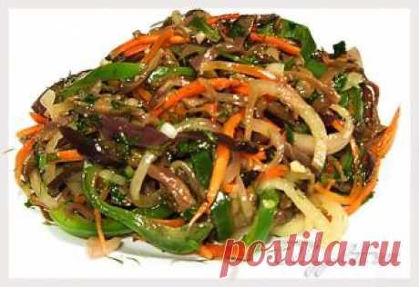 Баклажаны по-корейски   Эта вкуснейшая закуска готовится 2-3 дня!!! Надо набраться терпения, но приготовить ее стоит.Думаю, не пожалеете...  Нам понадобится:  4 баклажана 2 сладких перца 1 большая морковь 1 большая луковиц…